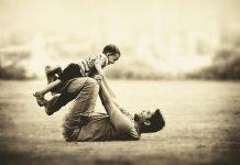Cậu bé khiến cha bật khóc khi phải chọn giữa tiền tài, trí tuệ, niềm vui