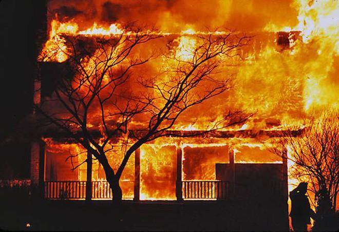 Ngôi nhà bị cháy và câu chuyện về sự ích kỷ, chân lý ai thấu hiểu sớm sẽ được sống an yên - Ảnh 1.